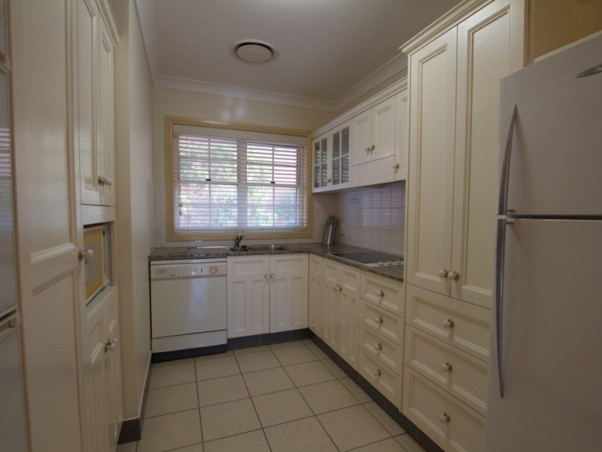 10 90 Brooks St Bar Beach Accommodation Kitchen